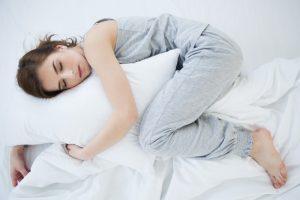 mujer durmiendo almohada